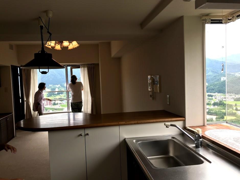 湯沢リゾートマンション1軒目:造作の家具もある