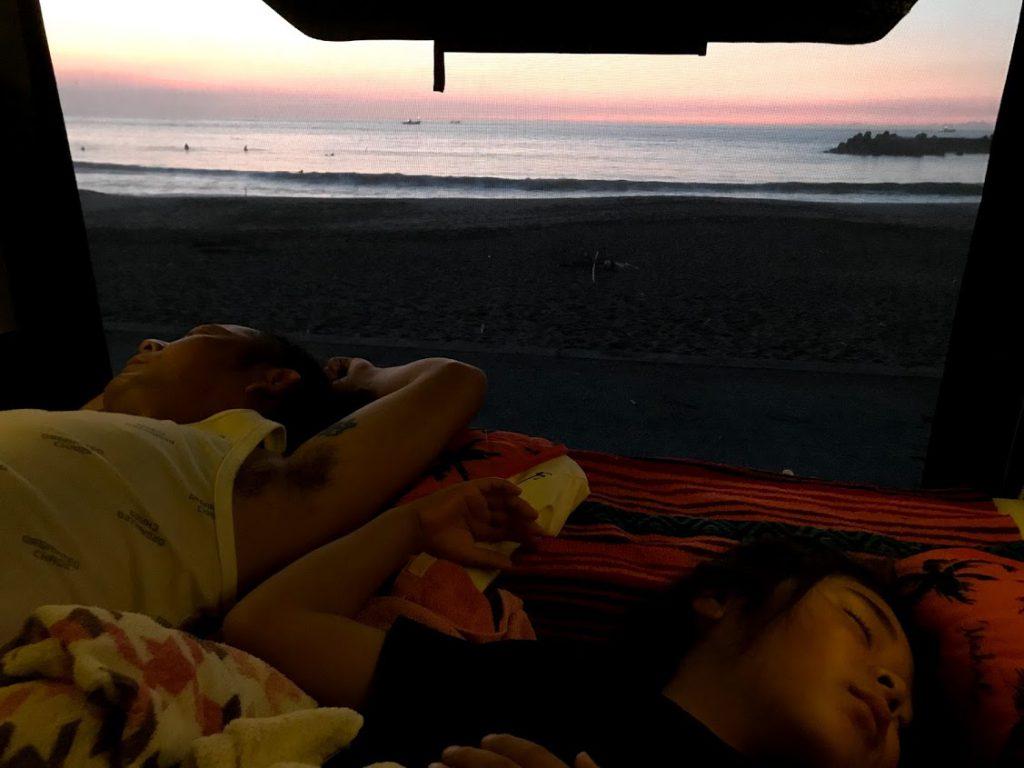 夏はほぼビーチで車中泊する私たちの経験談