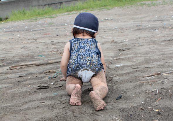 砂浜でハイハイの勧め