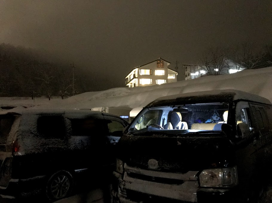 【真冬の車中泊必需品】スノーブラシ
