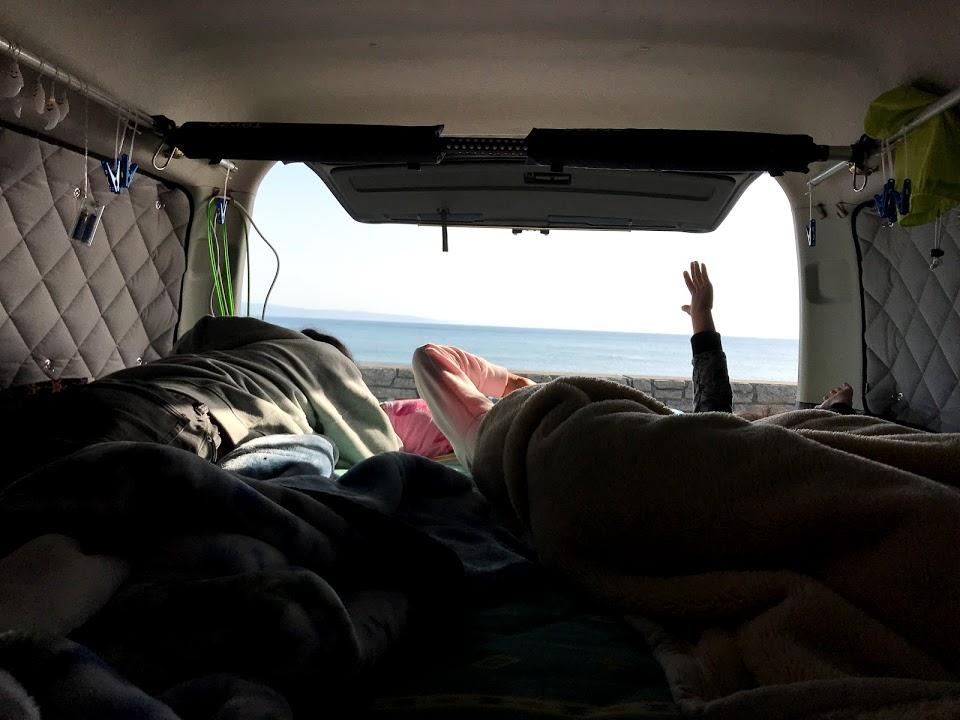 春秋の季節に最適な車中泊の寝具は