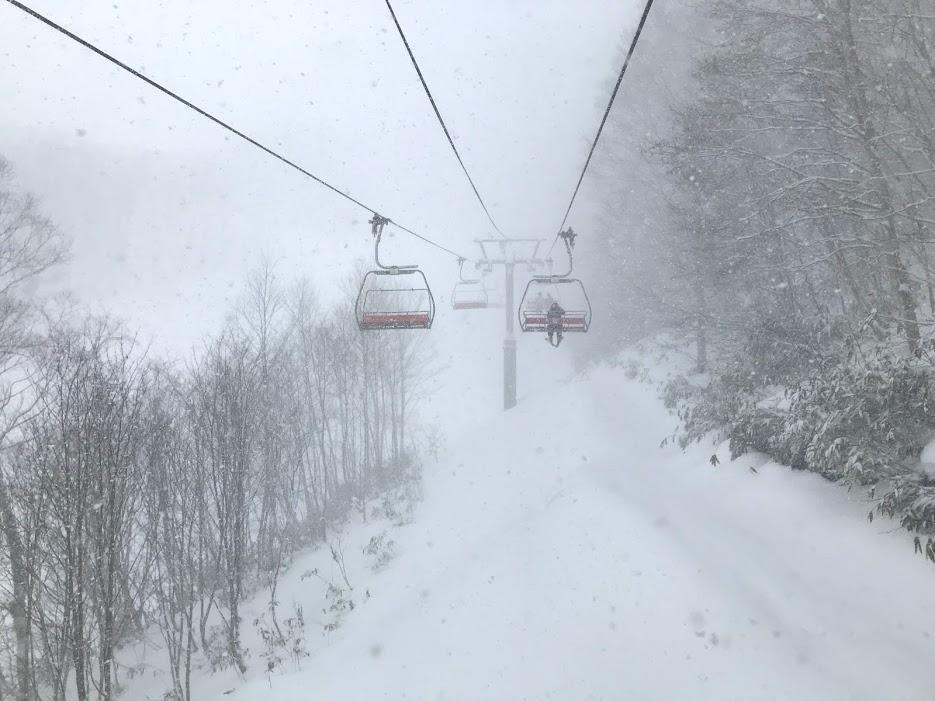 戸隠スキー場の非圧雪はライバル少なめ