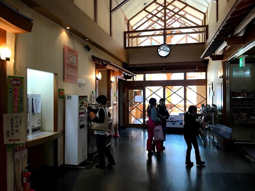【宿場の湯】広い休憩所や童画の展示もあり、設備は豪華