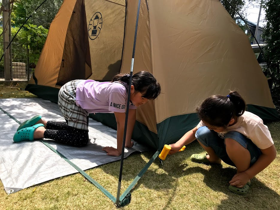 庭キャンプの準備を一緒に楽しむ