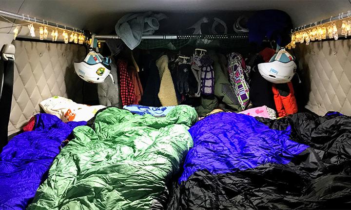 ハイエースワイドミットルーフ:家族4人が縦に並んで寝れる