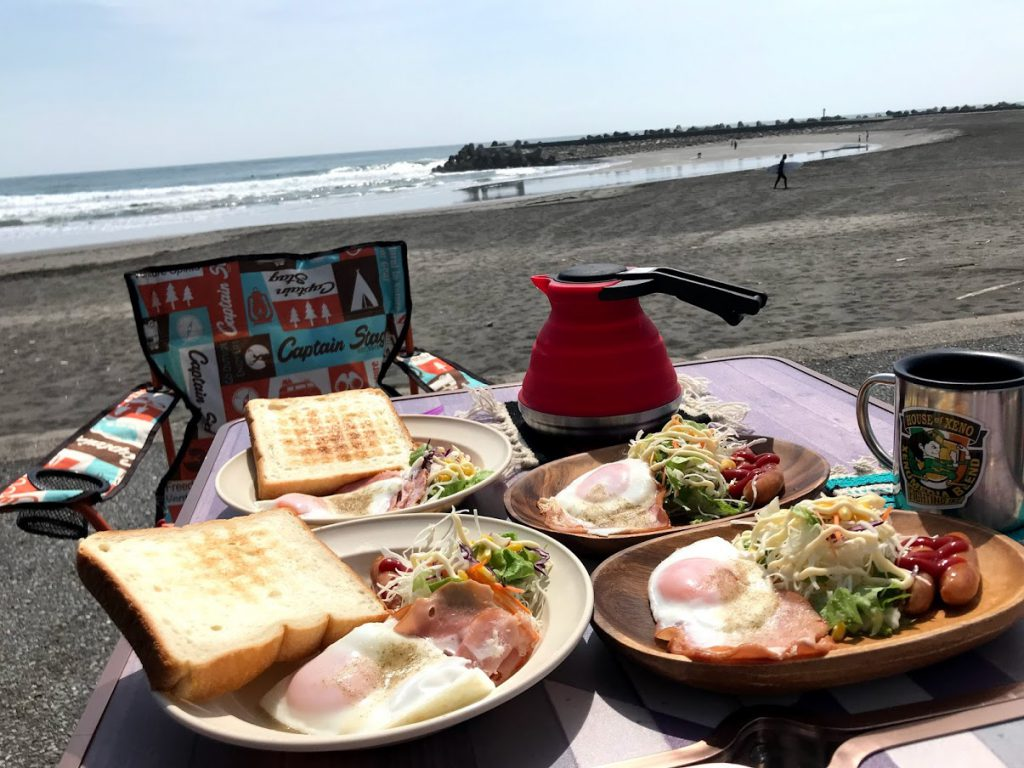 車中泊 海での朝食