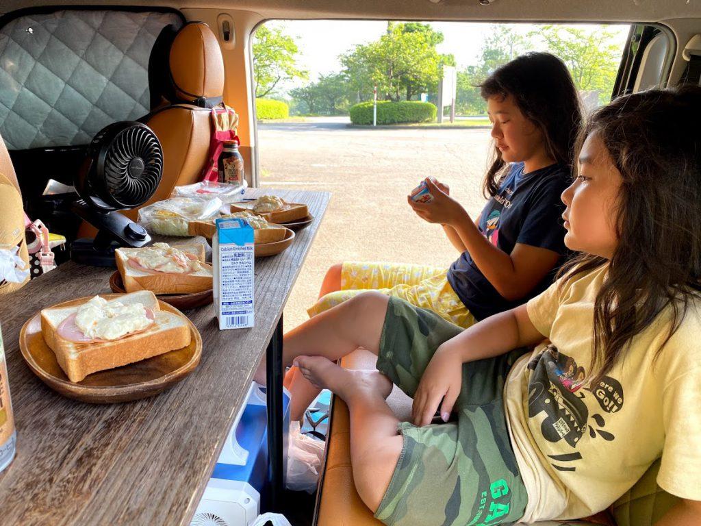 車中泊のためのアイディア1:フリップテーブル