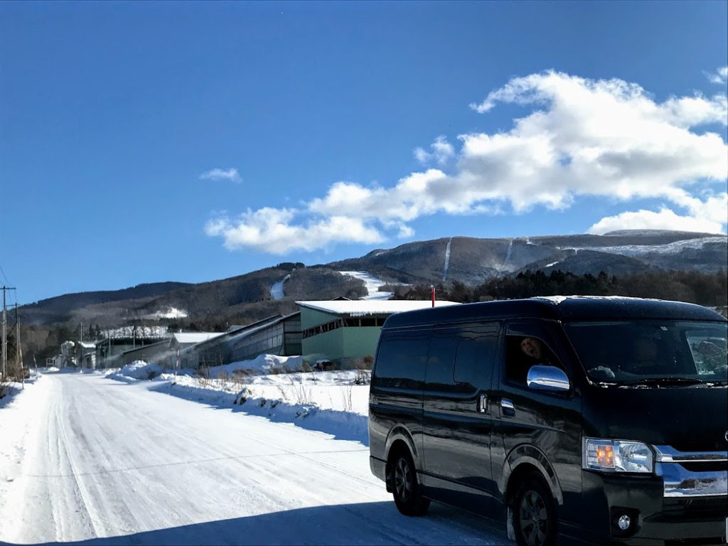 冬の車中泊は雪景色や雪見温泉も楽しめる
