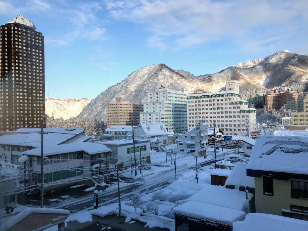 湯沢には50棟のリゾートマンションがある