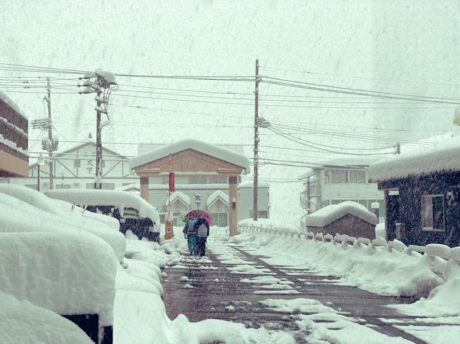 雪の中での登校班通学