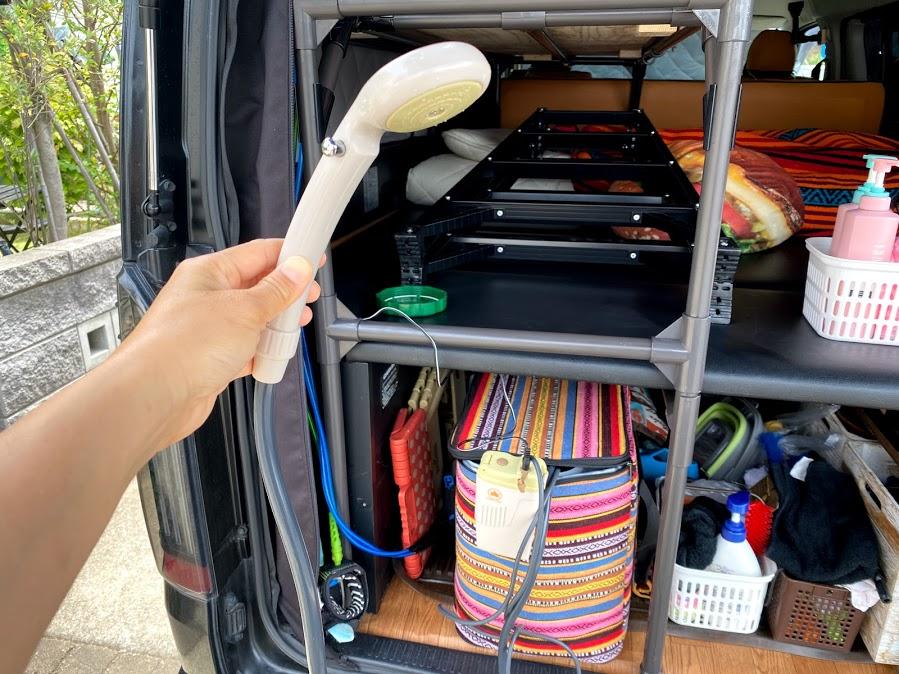夏場は車常設の簡易シャワーが使える